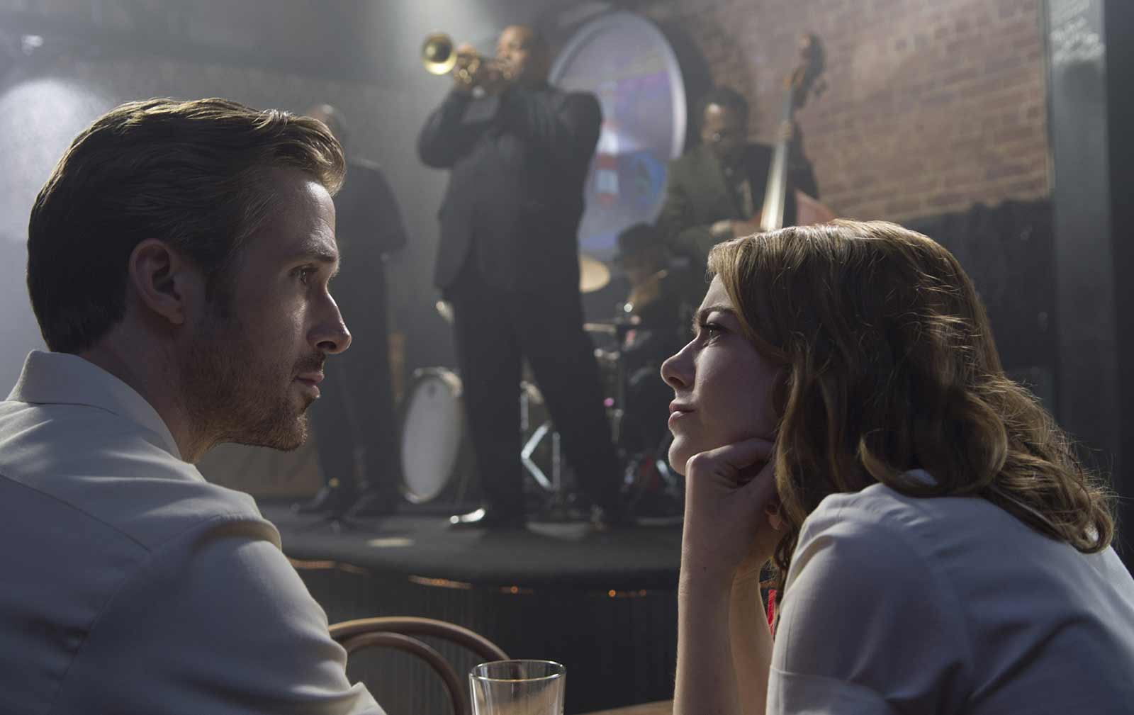 An image of Ryan Gosling and Emma Stone talking in a jazz bar.
